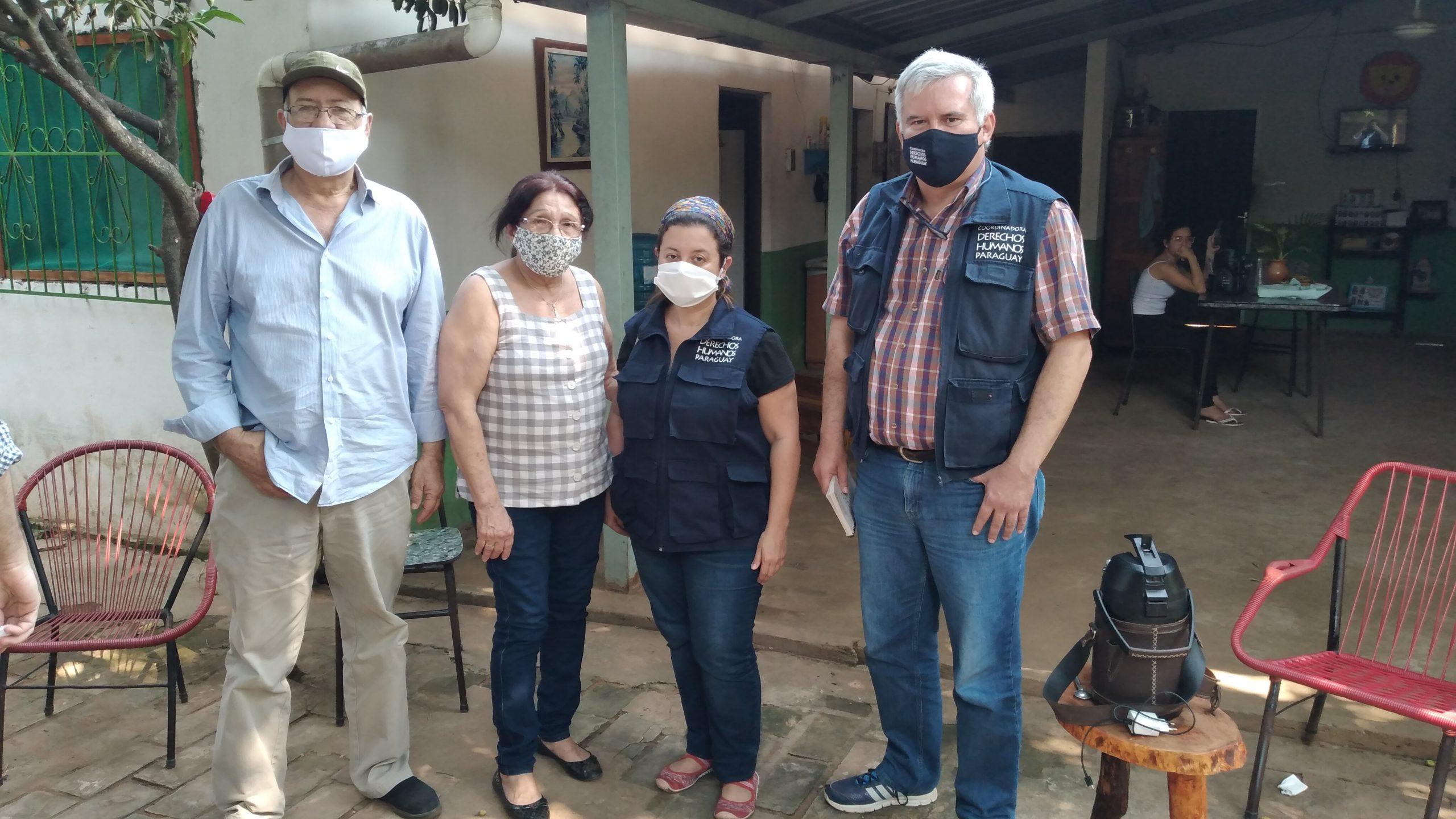 Padres de Rodrigo Quintana y miembros de la Codehupy durante la visita.
